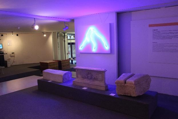 Andrew Rutt, Adriano (lei è la mia montagna) Neon e plexiglass, dimensioni variabili Site specific per DATABASE, 2012