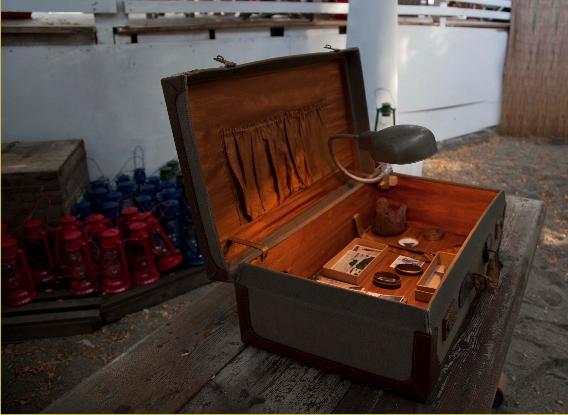 Robert Pettena, Riduna I, Installazione valigia con archivio, 2013. Courtesy l'artista