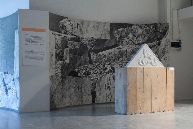Santiago Morilla, New Financial Power Temple Pediment #1, marmo bianco Carrara, 100x60 cm, site-specific per DATABASE, 2013. Courtesy Stefano Lanzardo