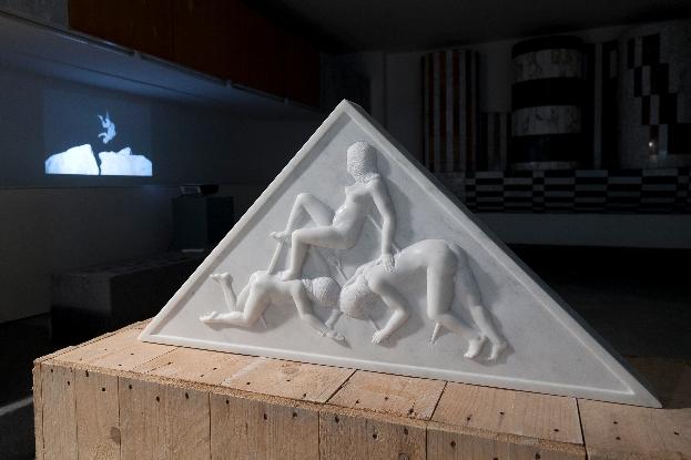 Santiago Morilla, New Financial Power Temple Pediment #2, marmo bianco Carrara, 100x60 cm, site-specific per DATABASE, 2013. Courtesy Stefano Lanzardo